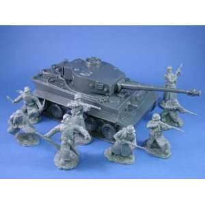 German Tiger I Tank 54mm with Infantry in Long Coats: Toys & Games